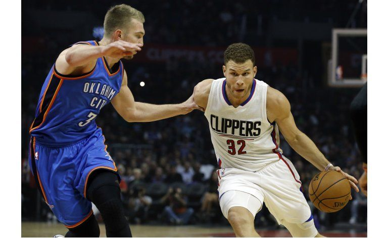 Westbrook anota 35, lidera al invicto Thunder sobre Clippers