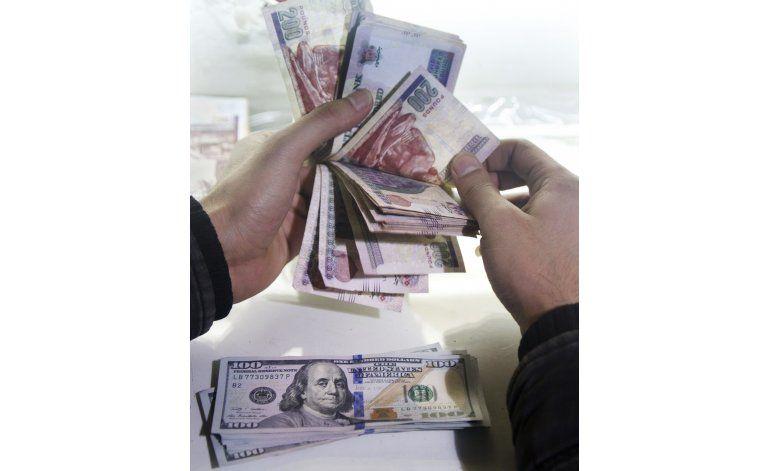 Egipto devalúa su moneda, cumple una demanda clave del FMI
