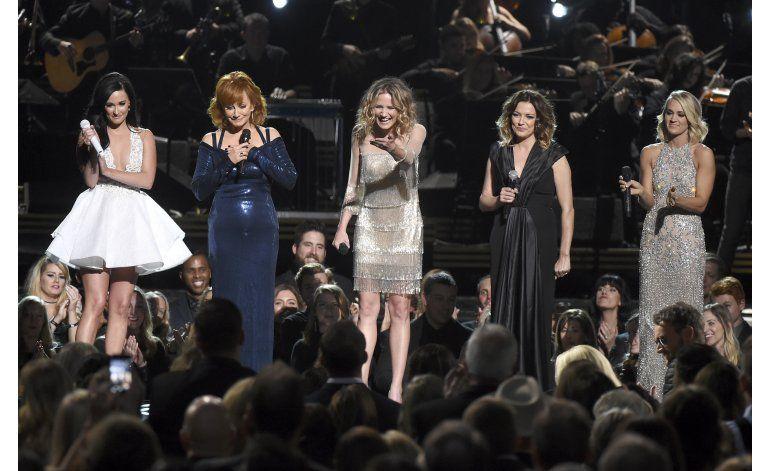 Garth Brooks se lleva el máximo honor en los premios CMA
