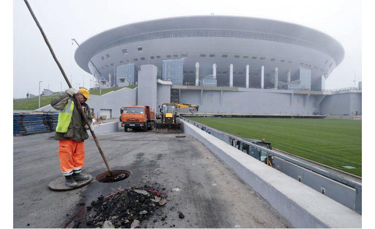 Rusia intenta estabilizar cancha de fútbol antes del Mundial