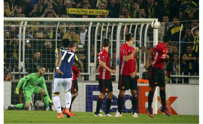 Manchester United cae ante Fenerbahce 2-1 en Europa League