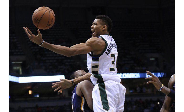 Antetokounmpo y Parker guían a Bucks sobre Pacers