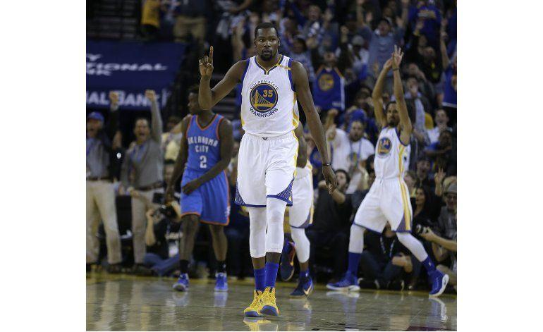 Durant brilla ante su exequipo, Warriors ganan al Thunder