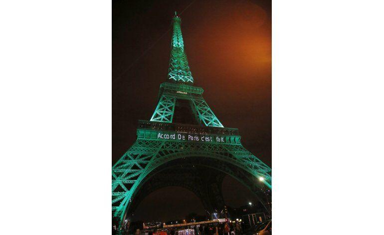 Alumbran Torre Eiffel de verde en honor de Acuerdo de París