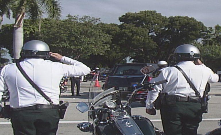Miles de personas le dan el último adiós a policía de Miami que falleció en aparatoso accidente
