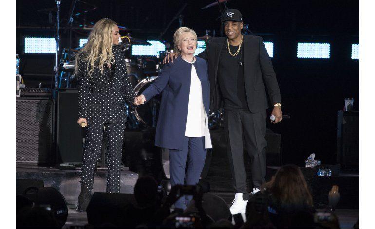 Trump dice que se basta solo, Clinton aparece con Beyoncé