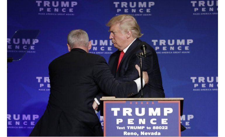 Retiran a Trump del escenario durante disturbios en Nevada