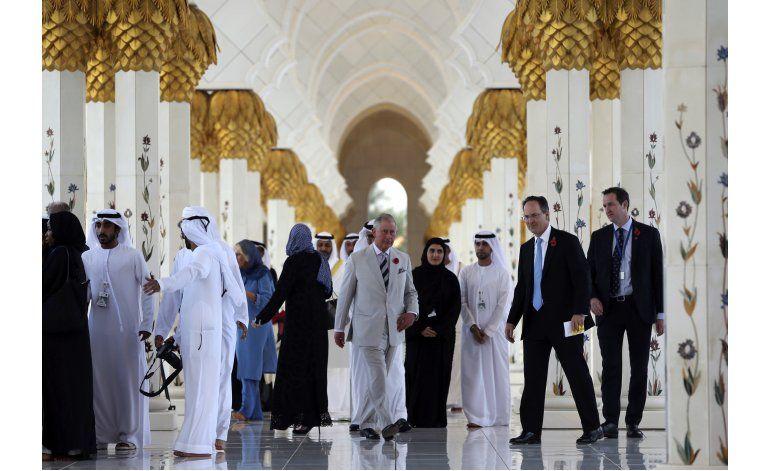 Príncipe Carlos, Camilla visitan mezquita emiratí