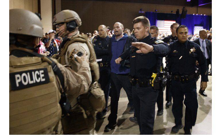 Manifestante pateado en acto de Trump niega ser demócrata