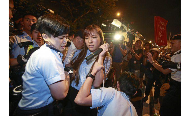 China bloquea la investidura de 2 legisladores en Hongkong