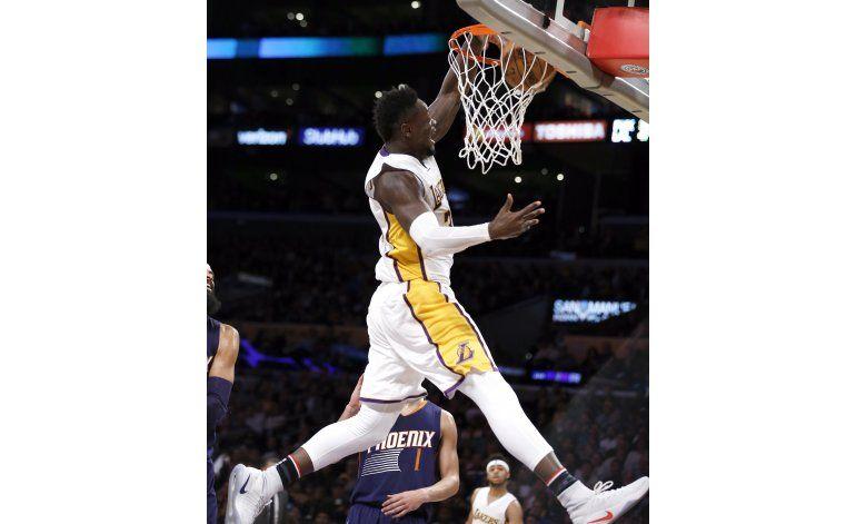Los Lakers aguantan ante Suns, ganan 119-108