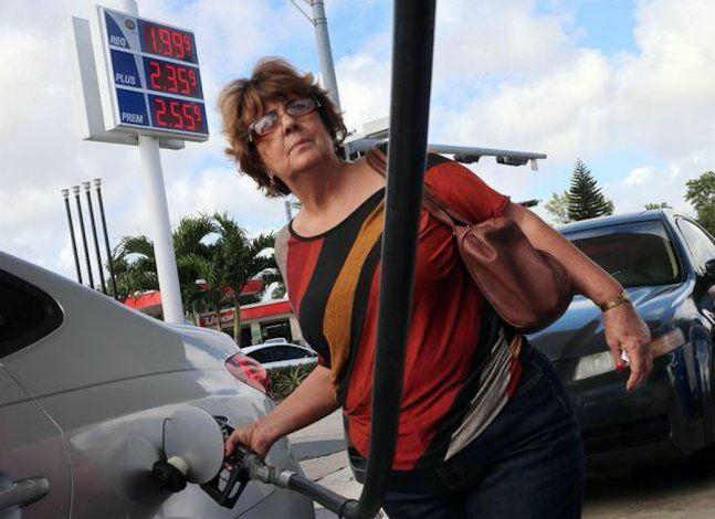 Continúa bajando precio de la gasolina en Florida