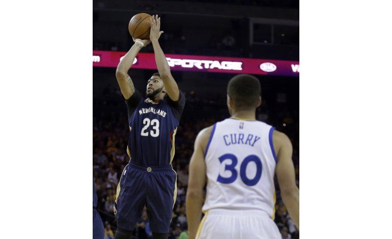Curry bate record con 13 triples, Warriors ganan a Pelicans