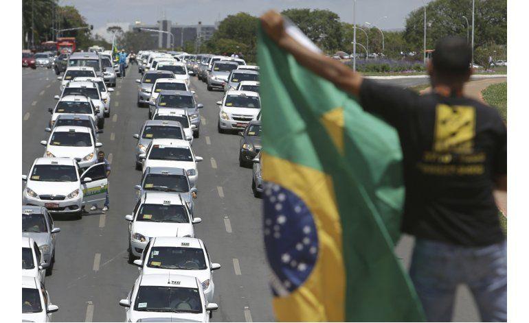Cientos de taxistas protestan contra Uber en Brasil