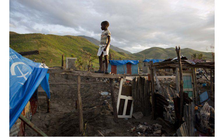 Penurias de una futura madre entre las ruinas de Haití
