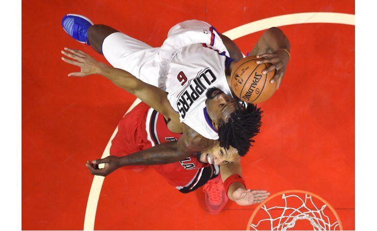 Clippers arrollan a Blazers 111-80, mejoran registro a 7-1