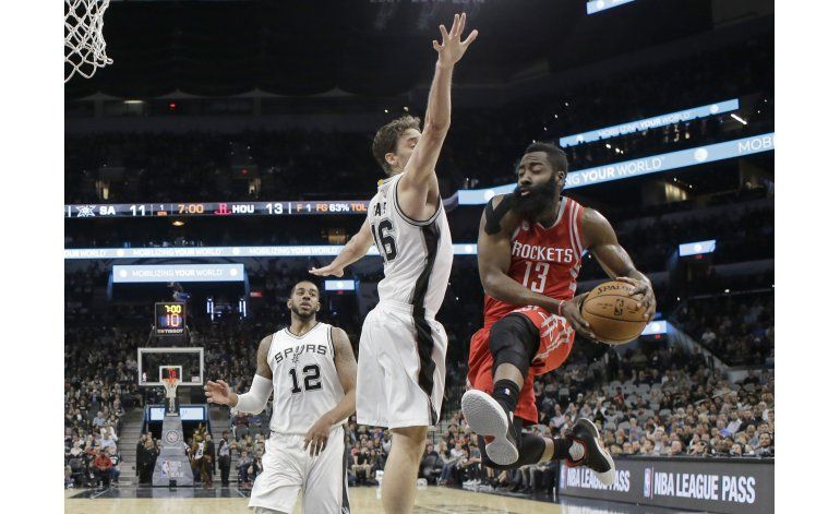 Rockets derrotan a Spurs 101-99 con triple doble de Harden