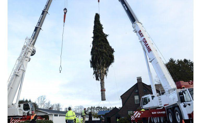 Un enorme árbol de Navidad va camino al Rockefeller Center