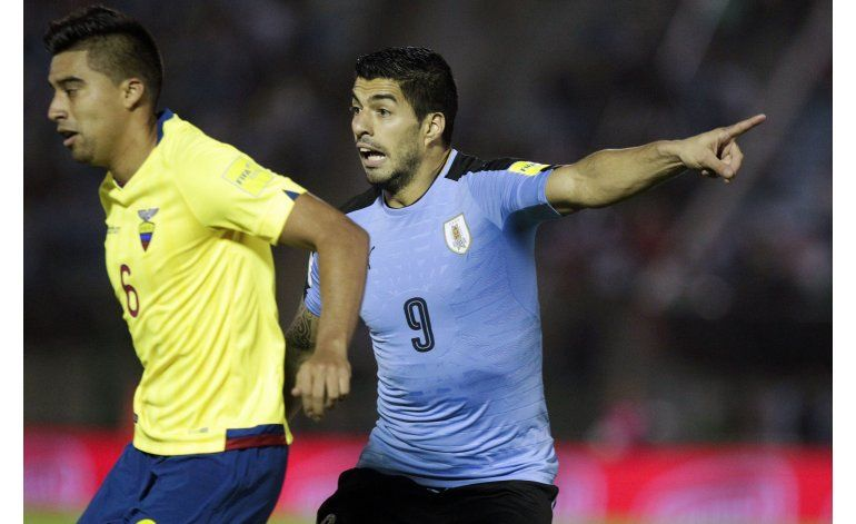 Uruguay derrota 2-1 a Ecuador y se mantiene en lo alto