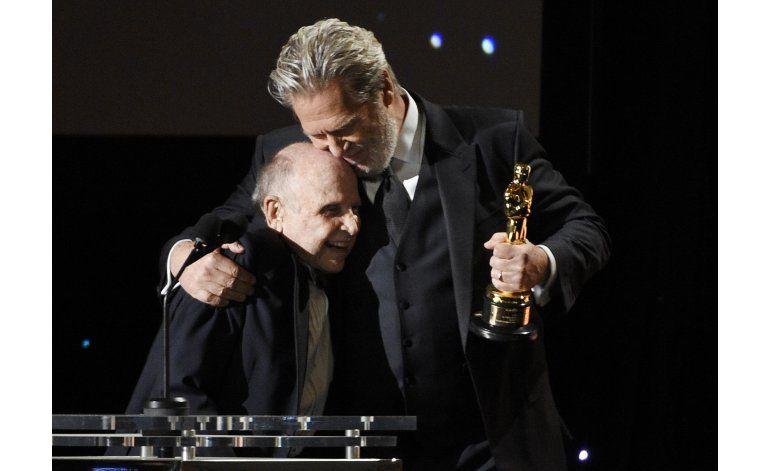 Fuera de cámaras entregan Oscar a la trayectoria