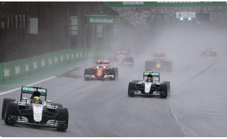 Hamilton no se rinde: gana bajo la lluvia en Brasil