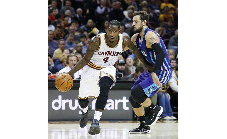 James y Frye encabezan remontada de Cavaliers ante Hornets