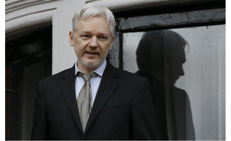 Assange es interrogado en embajada ecuatoriana
