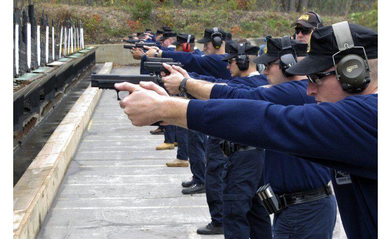 Policía de EEUU suaviza requisitos para reclutar minorías