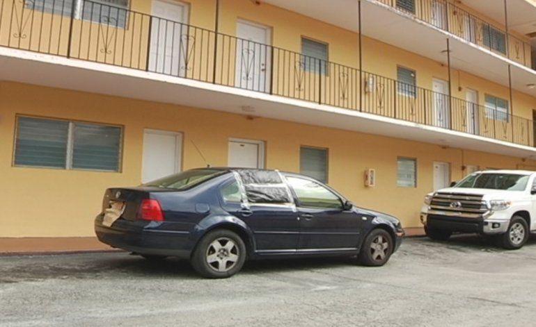 Autoridades continúan investigando el homicidio de una mujer hispana que recibió varios disparos dentro de vehículo