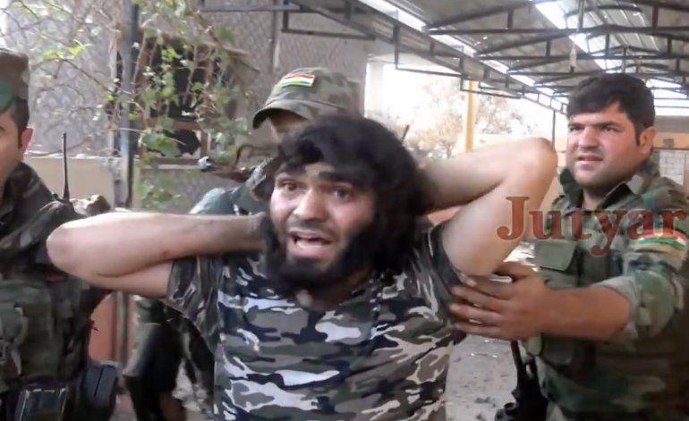 El momento en que  terrorista del Estado Islámico se rinde ante tropas iraquíes en Mosul
