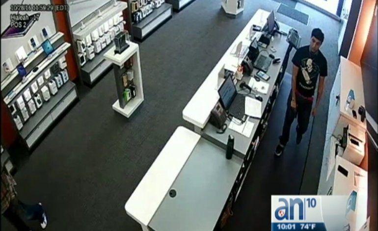 Buscan a peligrosos ladrones que robaron tienda de celulares en Hialeah