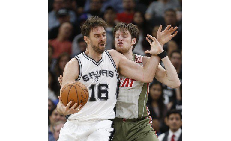 Leonard suma 24 puntos y Spurs superan al Heat
