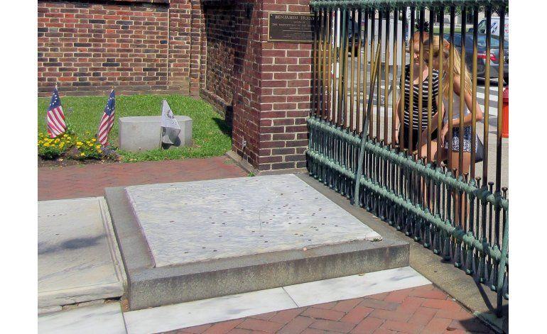 Monedas provocan una grieta en la tumba de Benjamin Franklin
