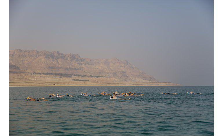 Protestan nadando por degradación ambiental del Mar Muerto