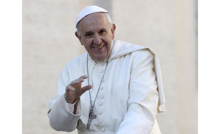 El papa Francisco recibe una gorra de los Cachorros