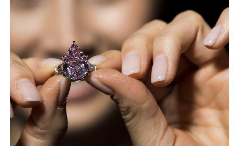 Aretes de diamantes se subasta en 17,6 millones de dólares