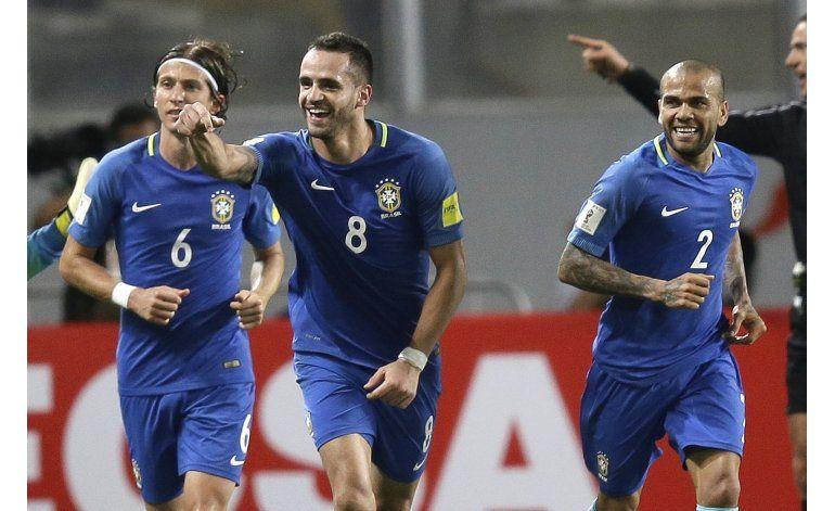 Brasil vence 2-0 a Perú; se consolida como líder