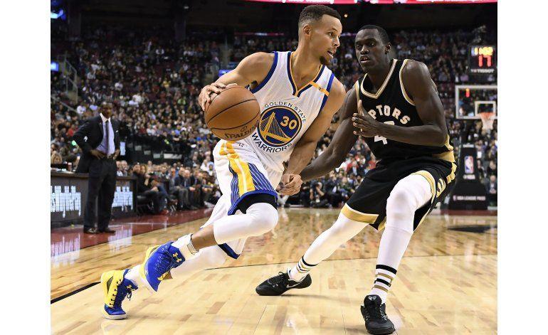 Curry anota 35 puntos, Warriors vencen a Raptors 127-121