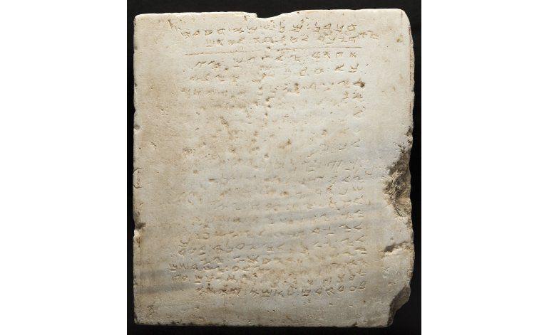 Subastan losa antigua inscrita con 10 Mandamientos