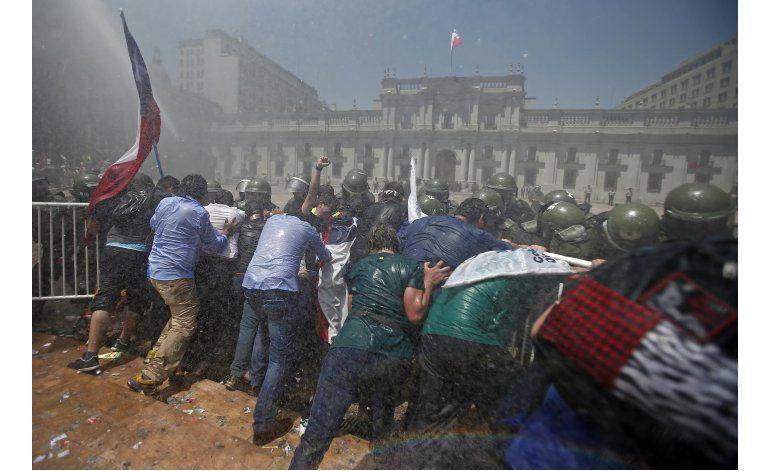 Manifestantes cercan palacio de gobierno de Chile.