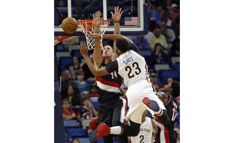 Davis y Holiday lucen en triunfo de Pelicans