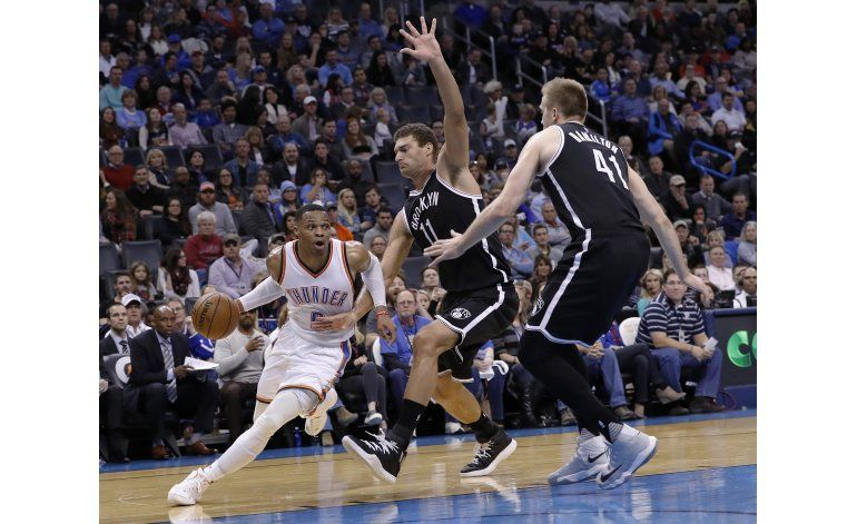 Con triple doble de Westbrook Thunder vence a Nets