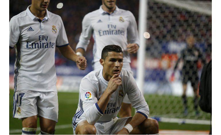Con tres de Cristiano, Madrid gana el derbi y amplía ventaja