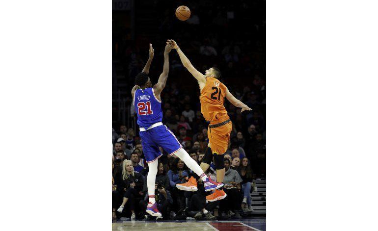 Embiid logra 26 puntos y 76ers aplastan a Suns