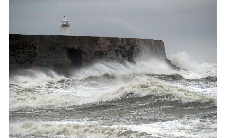 Evacúan carguero en medio de tormenta en canal de La Mancha