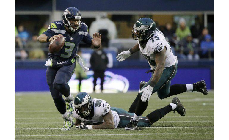 Wilson lanza y atrapa pases de touchdown y Seattle gana