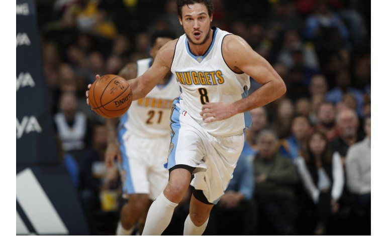 Nuggets vencen a Jazz en duelo de equipos alicaídos