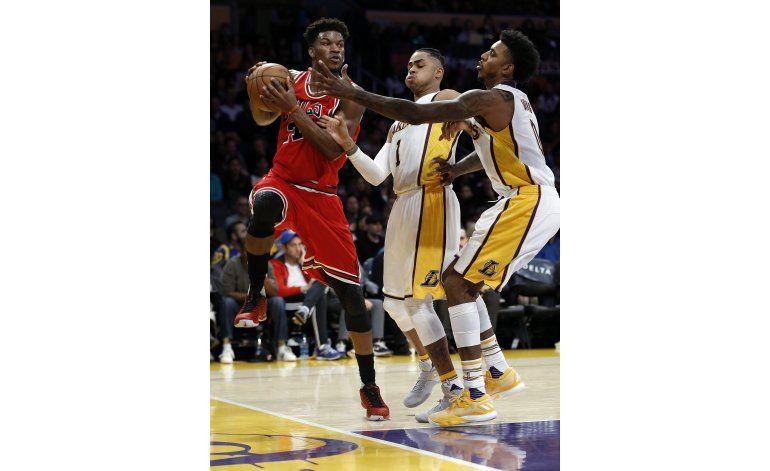 Bulls ganan a Lakers 118-110 con 40 puntos de Jimmy Butler