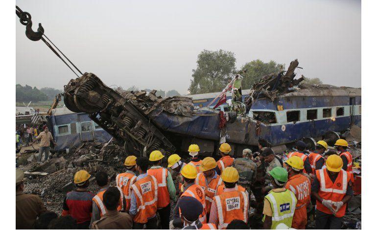 Termina búsqueda tras descarrilamiento en India; 146 muertos
