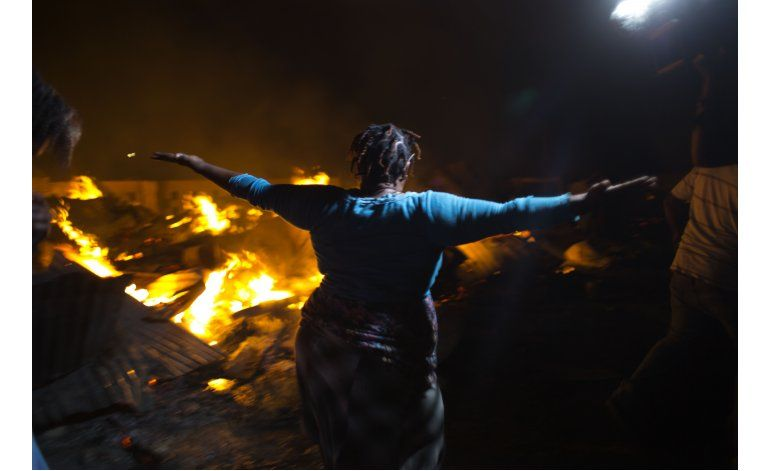 AP FOTOS: Incendio destruye mercado de Haití tras elecciones